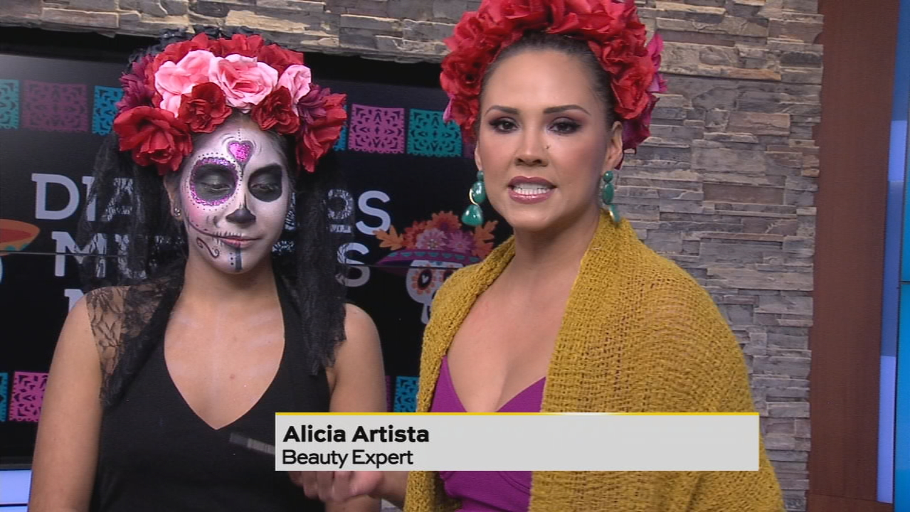Alicia Artista demonstrates how you can paint your own Dia de los muertos face. (SBG Photo)