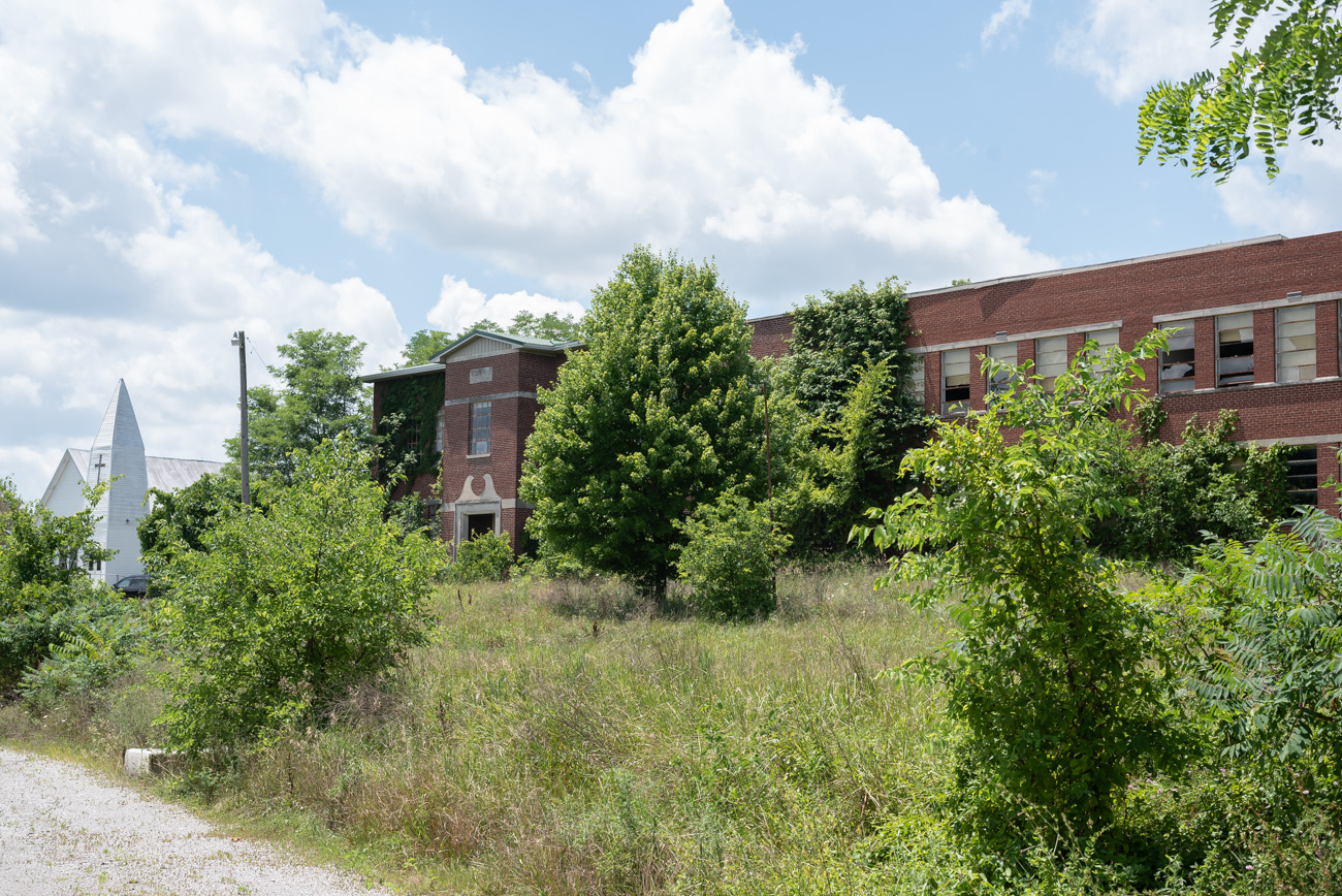 An abandoned school on US-25 in Grant County, KY/ Image: Mike Menke // Published: 8.25.20
