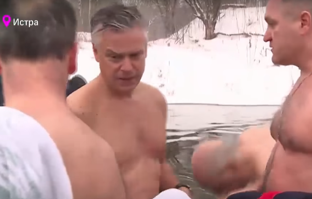 Huntsman Jr. takes shirtless, icy plunge on Russian television (Photo: TV Channel 360)<p></p>