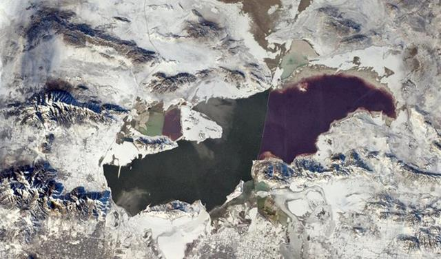 This is a wider angle of the Great Salt Lake showing the 'blue' mountains. Amazing!(Photo & Caption: Rick Mastracchio, NASA)