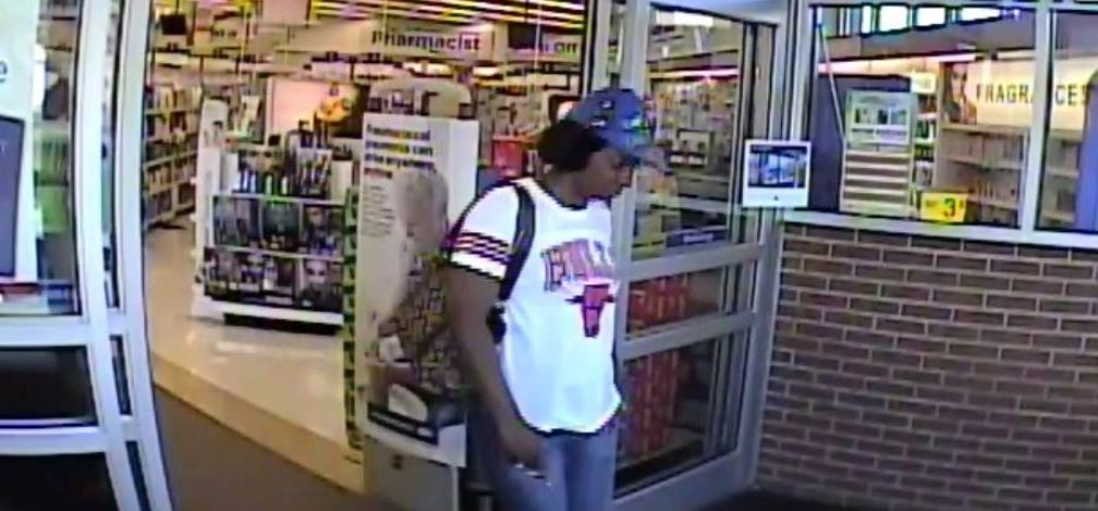 Toledo Police search for suspected purse thieves.{ } (Toledo Police)