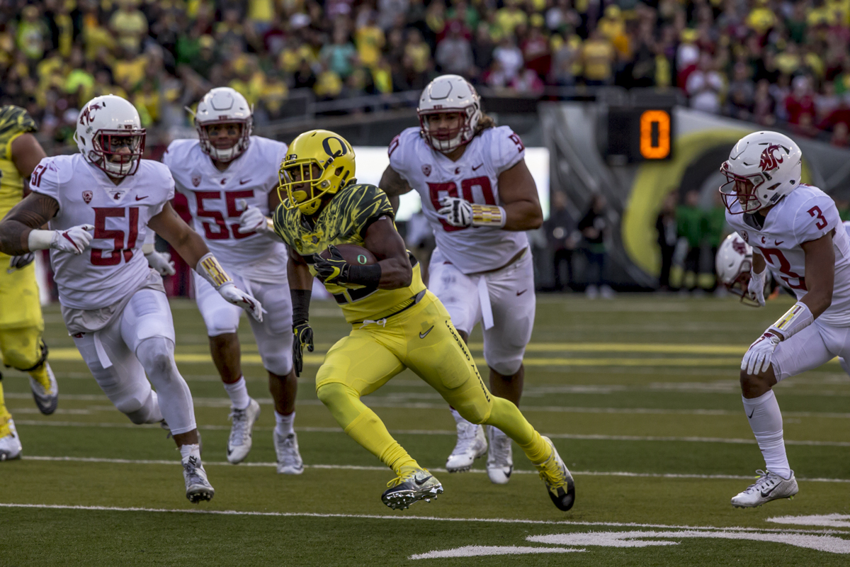 Oregon running back Kani Benoit (#29) breaks free of the Washington State defense. The Oregon Ducks trail the Washington State Cougars 10 to 13 at the end of the first half. Photo by Ben Lonergan, Oregon News Lab