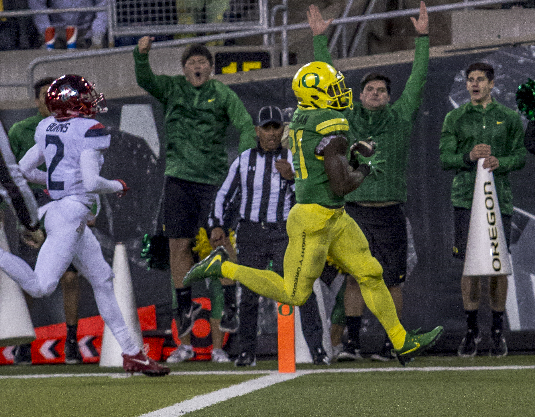 Oregon running back Royce Freeman (#21) runs the ball for a touchdown. The Oregon Ducks lead the Arizona Wildcats 28 to 21 at the end of the first half at Autzen Stadium on Saturday, November 18, 2017. Photo by Ben Lonergan, Oregon News Lab