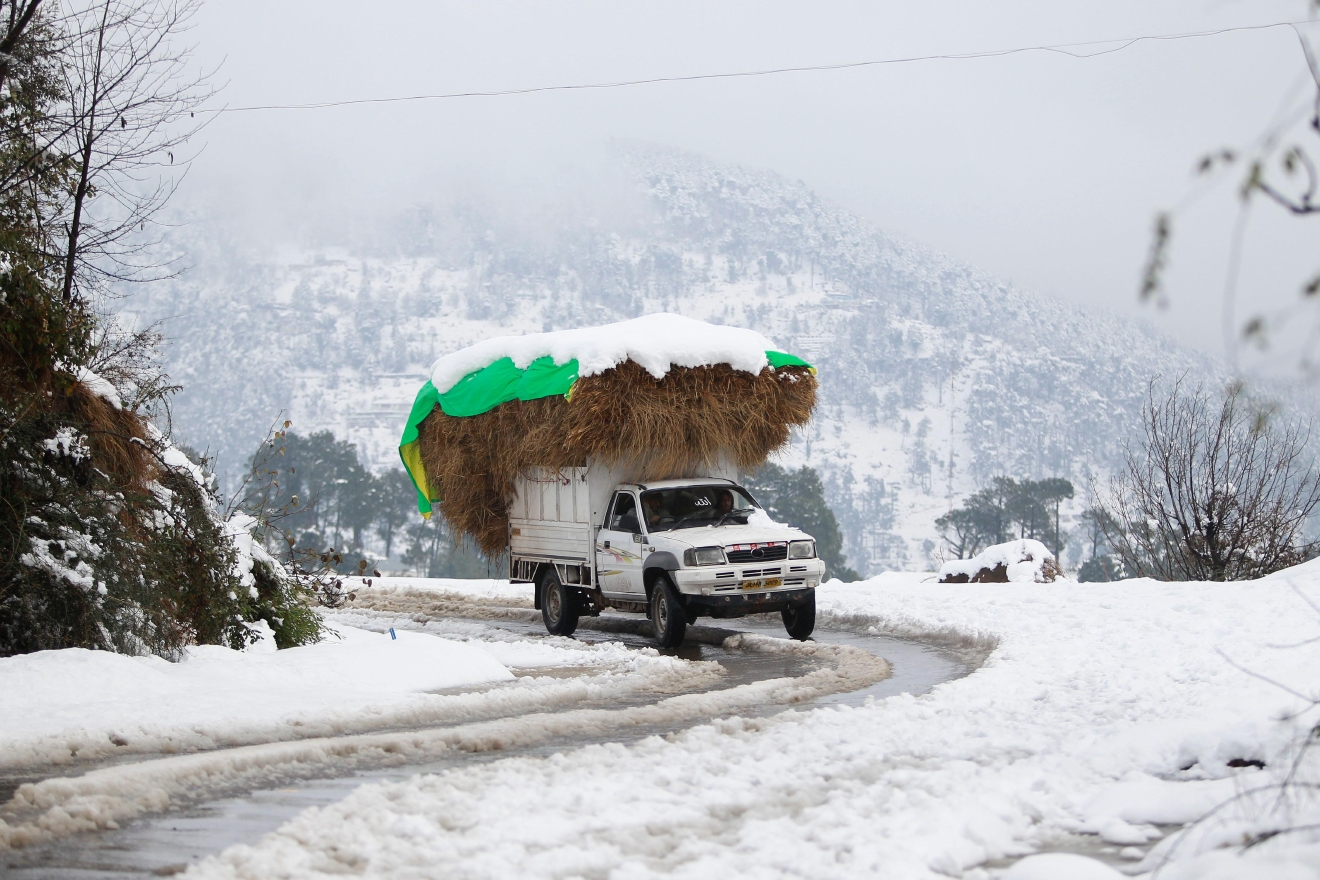 Rigopiano hotel avalanche first funerals as search goes on bbc news - A Vehicle Moves Through A Snow Covered Area On The Jammu Srinagar Highway In Kud