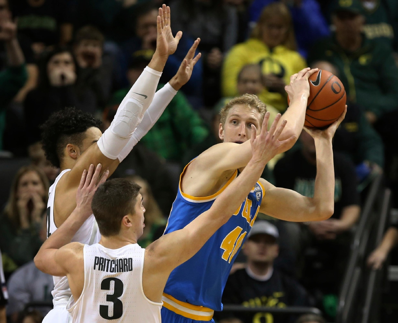 Oregon's Dillon Brooks, left, and Payton Pritchard pressure UCLA's Thomas Welsh during the first half of an NCAA college basketball game Wednesday Dec. 28, 2016, in Eugene, Ore. (AP Photo/Chris Pietsch)
