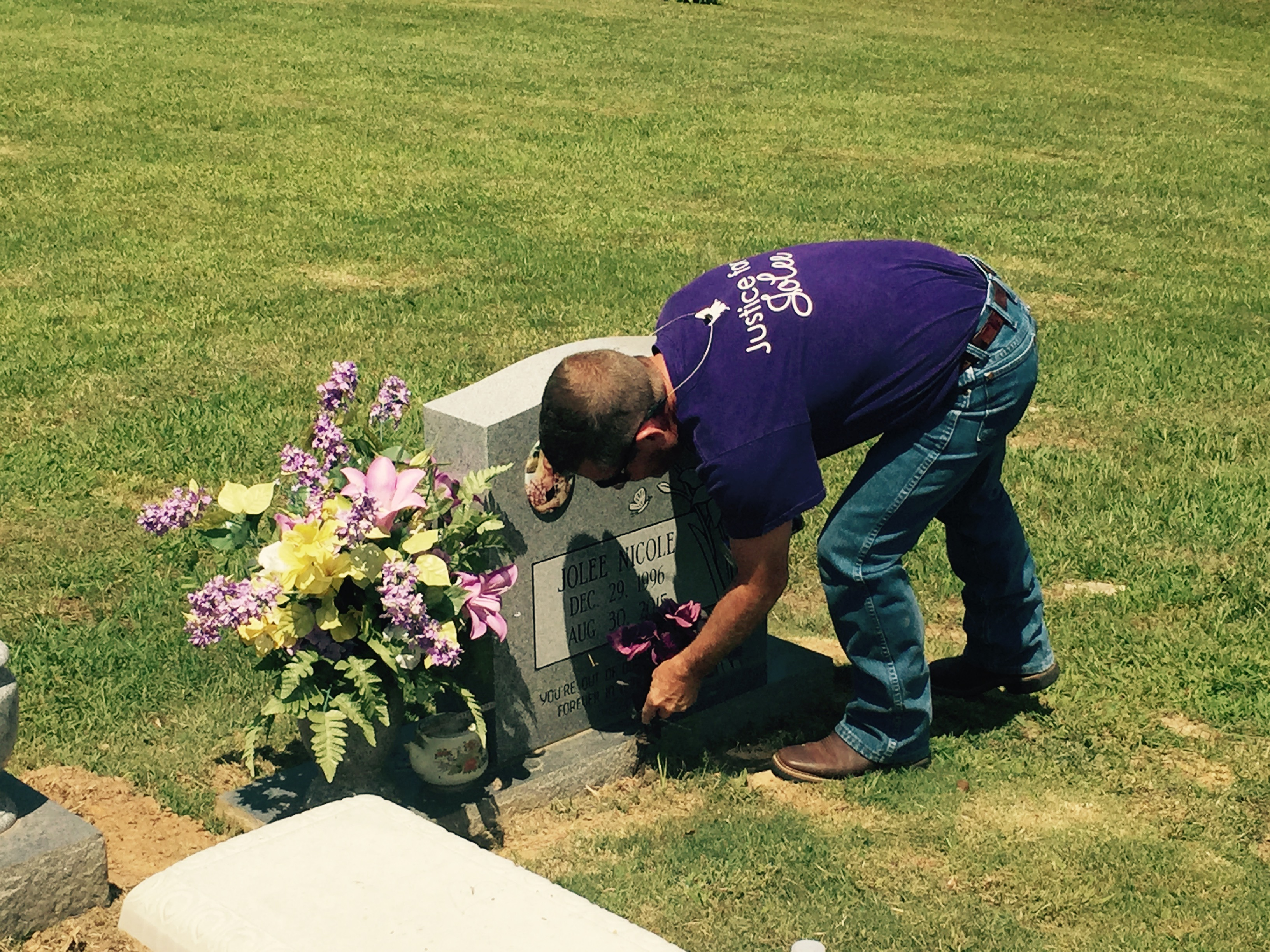 Jolee Callan's father at daughter's grave