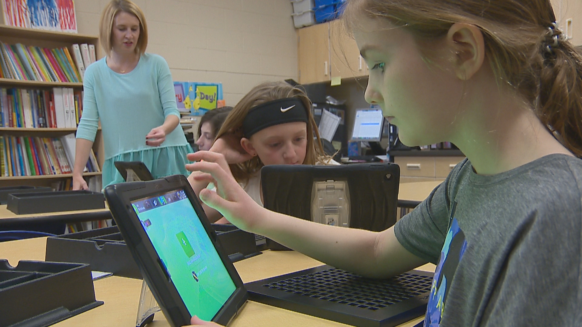 Golden Apple recipient, Nicole Smith, teaching in her classroom at Bay Harbor Elementary school. (WLUK)